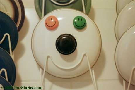 Funny Photos from the kitchen: Smiley made of a pot lid, eyes of little Smileys magnets. Mascot for the page about funny true stories
